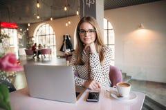 Bedrijfsvrouw met laptop en telefoon in koffie Stock Afbeelding