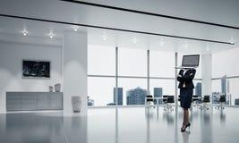 Bedrijfsvrouw met laptop in plaats van hoofd Royalty-vrije Stock Afbeelding