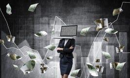 Bedrijfsvrouw met laptop in plaats van hoofd Stock Foto