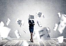 Bedrijfsvrouw met monitor in plaats van hoofd Stock Fotografie