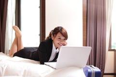 Bedrijfsvrouw met notitieboekje die in hotel liggen Stock Fotografie