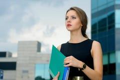 Bedrijfsvrouw met omslagen voor documenten in haar handen stock afbeeldingen