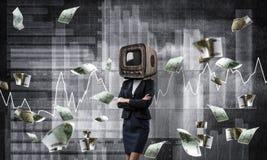 Bedrijfsvrouw met oude TV in plaats van hoofd Stock Foto