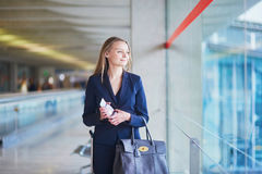 Bedrijfsvrouw met paspoort en instapkaart in internationale luchthaven Stock Afbeeldingen