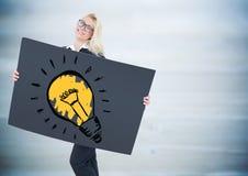 Bedrijfsvrouw met reuze lege kaart en lightbulb krabbel tegen onscherp blauw houten paneel Royalty-vrije Stock Foto