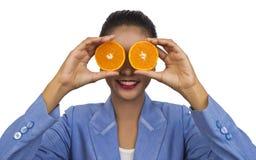 Bedrijfsvrouw met vruchten (een sinaasappel). Royalty-vrije Stock Afbeeldingen