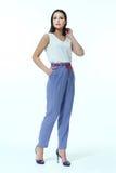 Bedrijfsvrouw met in witte blouse en de zomer toevallige blauwe trous Stock Afbeeldingen