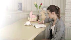 Bedrijfsvrouw in modern bureau die bij een Bureau, een bedrijfsvrouw met een smartphone werken stock footage