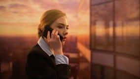 Bedrijfsvrouw ontevreden met financieel verslag, berispende collega op telefoon stock videobeelden