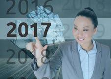 Bedrijfsvrouw op 3D digitaal geproduceerde achtergrond wat betreft 2017 Royalty-vrije Stock Foto's