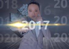 Bedrijfsvrouw op 3D digitaal geproduceerde achtergrond wat betreft 2017 Royalty-vrije Stock Afbeelding