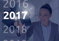 Bedrijfsvrouw op 3D digitaal geproduceerde achtergrond wat betreft 2017 Royalty-vrije Stock Afbeeldingen