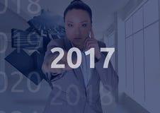 Bedrijfsvrouw op 3D digitaal geproduceerde achtergrond wat betreft 2017 Royalty-vrije Stock Foto