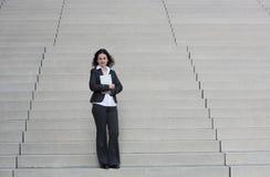 Bedrijfsvrouw op de treden royalty-vrije stock foto's