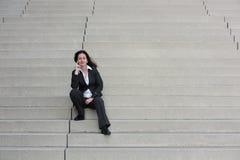 Bedrijfsvrouw op de treden stock afbeelding