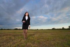 Bedrijfsvrouw op groen gebied Stock Afbeelding