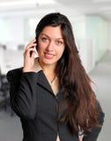 Bedrijfsvrouw op kantoor op celtelefoon Stock Fotografie