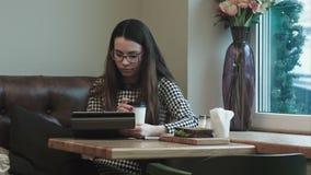 Bedrijfsvrouw op middagpauze met tablet in koffie of restaurant het werken stock video
