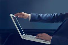 Bedrijfsvrouw open voor het gebruiken van laptop computer op blauwe achtergrond Stock Foto's