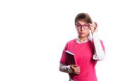 Bedrijfsvrouw in roze met een agenda in handen Stock Foto's