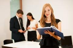 Bedrijfsvrouw - secretarry status in eerst duidelijk met cowork Stock Foto