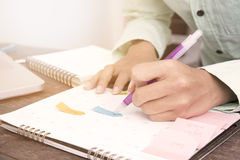 Bedrijfsvrouwen die benoemingen in de kalender controleren op bureau royalty-vrije stock afbeeldingen