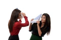 Bedrijfsvrouwen die elkaar met notitieboekjes slaan Stock Foto's