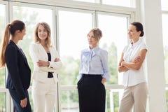 Bedrijfsvrouwen die op kantoor en het spreken samenkomen Stock Afbeelding