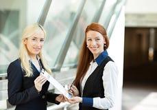 Bedrijfsvrouwen die overeenkomstendocument in collectief bureau ondertekenen Royalty-vrije Stock Fotografie
