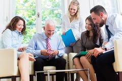 Bedrijfsvrouwen en mannen die presentatie in bureau hebben stock afbeeldingen