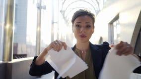 Bedrijfsvrouwen op straat stock footage