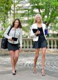 Bedrijfsvrouwen in park samen stock foto's