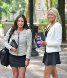 Bedrijfsvrouwen in park samen royalty-vrije stock foto's