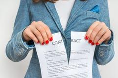 Bedrijfsvrouwen tearing contract stock foto's