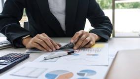 Bedrijfsvrouwenaccountant die en financiële gegevens werken berekenen stock fotografie