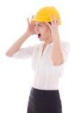 Bedrijfsvrouwenarchitect in gele bouwershelm het schreeuwen isola Stock Afbeeldingen