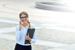 Bedrijfsvrouwenbeambte die bij smartphone gelukkig glimlachen spreken Royalty-vrije Stock Afbeelding