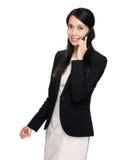 Bedrijfsvrouwenbespreking aan mobiele telefoon Stock Foto