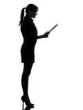 Bedrijfsvrouwencomputer die digitaal tabletsilhouet gegevens verwerken stock foto