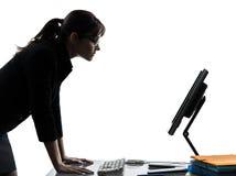 Bedrijfsvrouwencomputer ernstige gegevensverwerking stock foto's