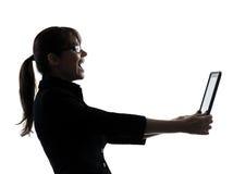 Bedrijfsvrouwencomputer gegevensverwerking het lachen digitale tabletsilho royalty-vrije stock foto