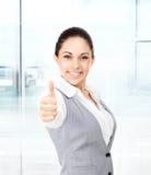 Bedrijfsvrouwenduim op gebaar, in modern bureau Royalty-vrije Stock Afbeeldingen