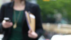 Bedrijfsvrouwenforens die smartphone gebruiken stock videobeelden