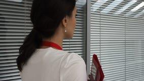 Bedrijfsvrouwengangen in een commercieel centrum Mening van rug stock video