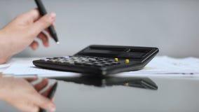 Bedrijfsvrouwenhand die in bureau, die glazen zetten aan lijst, slecht zicht werken stock video