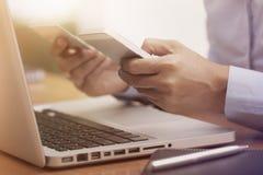 Bedrijfsvrouwenhanden die creditcard houden en mobiele slimme telefoon met behulp van Stock Foto's
