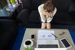 Bedrijfsvrouwenhoofdpijn en spanning van het werk, lawaaierige luide offic royalty-vrije stock afbeeldingen