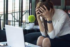 Bedrijfsvrouwenhoofdpijn en spanning van het werk, lawaaierige luide offic stock foto