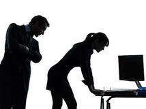 Bedrijfsvrouwenman het silhouet van de paarseksuele intimidatie Stock Foto