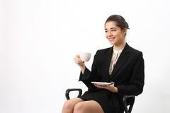 Bedrijfsvrouwenportret met kop. stock foto